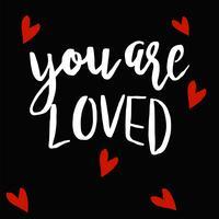 Handdragen typ bokstäver fraser på svart med hjärtan bakgrund Du är älskad vektor