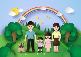 Glückliche Familie, die Spaß auf dem Gebiet hat