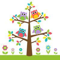 Nette Eulen auf buntem Baum und Blumen
