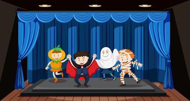 Barn gör rollspel på scenen