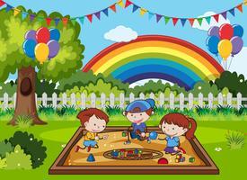 Gekritzel-Kinder, die am Sand-Spielplatz spielen