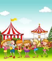 Barn har kul på nöjesparken vektor
