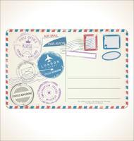 Stempel und Postkarte auf weißem Hintergrund