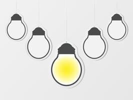 Affärs kreativitet inspiration och idéer koncept med lightbulb. Blanka hängande ramar. Tomma glödlampa på lätta vägg bakcground. pappersdesign.