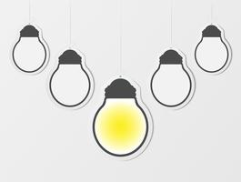 Geschäftskreativitätsinspirations- und -ideenkonzepte mit Glühlampe. Leere Hängerahmen. Leere Glühbirne auf Lichtwand bakcground. Papierkunst Design.