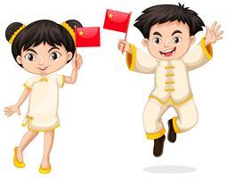 Glad pojke och flicka som håller flagga i Kina