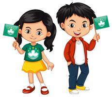 Pojke och flicka som håller Macau flagga