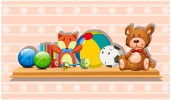 Många söta leksaker på träbräda