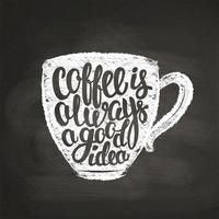 Krit texturerad kopp silhuett med bokstäver Kaffe är alltid en bra idé på svart ombord. Kaffekopp med handskriven citat för dryck och dryck meny eller café tema, affisch, t-shirt tryck.