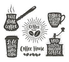 Kaffebrev i kopp, kvarn, krukformar. Moderna kalligrafi citat om kaffe. Vintage kaffeföremål med handskriven fras.