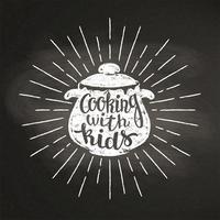 Kalk silhoutte med kokpanna med solstrålar och bokstäver - Matlagning med barn - på svart tavla. Bra för att laga logotyper, bades, menydesign eller affischer.