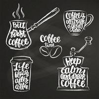 Kaffeebeschriftung in der Tasse, Mühle, Topfkreideformen. Moderne Kalligraphiezitate über Kaffee. Weinlesekaffeekonturngegenstände stellten mit handgeschriebenen Phrasen auf Kreidebrett ein. vektor