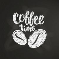Strukturierte Beschriftung der Kreide Kaffeezeit mit Kaffeebohnen und auf schwarzem Brett. Handgeschriebenes Zitat für Getränk und Getränkekarte oder Caféthema, Plakat, T-Shirt Druck, Logo.