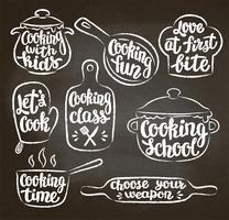 Sammlung Kreide maserte umrissenen kochenden Aufkleber oder Logo auf Tafel. Handgeschriebene Beschriftung, Kalligraphie, die Vektorillustration kocht. Koch, Koch, Küchenutensilien Symbol oder Logo.