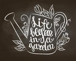 Kreidekontur der Weinlesegießkanne mit Blättern und Blumen und Beschriftung - das Leben fing in einem Garten auf Kreidetafel an. Typografieplakat mit inspirierend Gartenarbeitzitat.