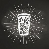 Krit texturerat papper kaffekoppsilhouett med vintage solstrålar och bokstäver på svart kartong. Vektor kaffe-till-go-rån illustration för dryck och dryck. meny cafe tema, affisch, t-shirt tryck, logotyp.