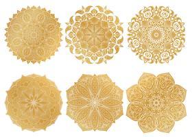 Set med 6 handdrasade guld arabiska mandala på vit bakgrund. Etnisk prydnad.