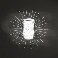 Kreide maserte Papierkaffeetasseschattenbild mit Weinlesesonnenstrahlen auf schwarzem Brett. Vector Coffee-to-go-Becherillustration für Getränk und Getränkekarte oder Caféthema, Plakat, T-Shirt Druck, Logo.