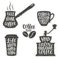 Kaffebrev i kopp, kvarn, krukformar. Moderna kalligrafi citat om kaffe. Vintage kaffeföremål med hankrypta fraser.