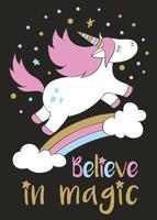 Magisk söt enhörning i tecknadstil med handbokstäver Tro på magi. Doodle unicorn flyger över en regnbåge och moln vektor illustration för kort, affischer, barn t-shirt tryck, textil design.