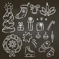 Juluppsättning med handritad krita-konturklotter. Illustration med jul krita element på svart bräde julgran, godis sockerrör, krans, snöflingor, vantar, gåvor. vektor