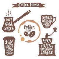Kaffeebeschriftung in Tasse, Mühle, Topfformen und Tassenfleck. Moderne Kalligraphiezitate über Kaffee. Weinlesekaffeegegenstände eingestellt mit handgeschriebenen Phrasen.