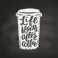 Krit texturerat papperskopp silhuett med bokstäver Livet börjar efter kaffe på svart bräda. Kaffe att gå mugg med handskriven citat för dryck och dryck meny eller café tema, affisch, t-shirt tryck.