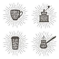 Kaffe bokstäver i kopp, kvarn, krukform på solburstbakgrund. Moderna kalligrafi citat om kaffe. Vintage kaffeföremål med handskriven fras och robust bakgrund.
