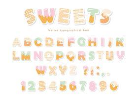 Snygg bakverk typsnitt design. Roliga latinska alfabetbokstäver och siffror gjorda av glass, choklad, kakor, godis. För barns födelsedagsdagen eller baby shower dekoration.