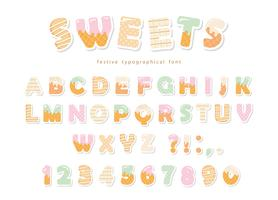 Süßigkeiten Bäckerei Schriftdesign. Lustige lateinische Alphabetbuchstaben und -zahlen gemacht von der Eiscreme, Schokolade, Plätzchen, Süßigkeiten. Für Kindergeburtstagsjahrestag oder Babypartydekoration.