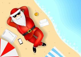 Santa Claus, die auf einem tropischen Strand stillsteht und liegt