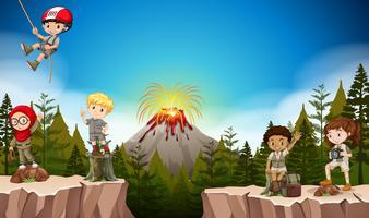 Jungen und Mädchen, die im Berg kampieren