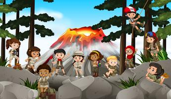 Barn som campar ute i skogen vektor