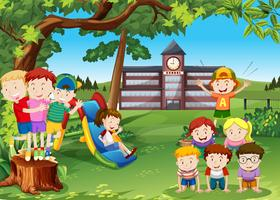 Barn som leker i skolgården