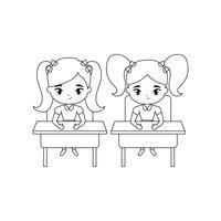 kleine Studentinnen sitzen in Schultischen