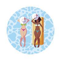 schöne interracial Mädchen mit Matratze im Wasser zu schweben