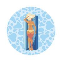 kvinna garvning i flottörmadrass flyter i vatten