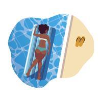 Afrofrau, die in der Flossmatratze schwimmt in Wasser sich bräunt