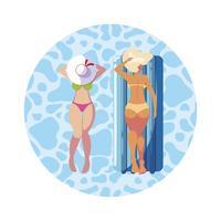 schöne Mädchen mit Schwimmermatratze im Wasser schweben