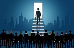 Affärsmän går uppför trappan till ljusets dörr