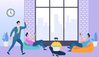 Medarbetarutrymme med kreativa människor som använder prylar