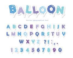 Ballon gestrippt blaue Schrift. Niedliche ABC Buchstaben und Zahlen