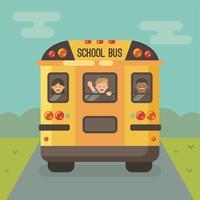 Hintere Ansicht des gelben Schulbusses auf der Straße mit den Kindern, welche heraus die Fenster schauen