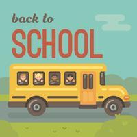 Gelber Schulbus auf der Straße mit den Kindern, welche heraus die Fenster schauen