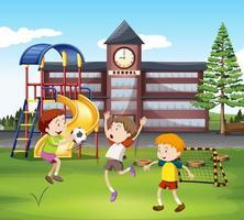Drei Jungen, die Fußball vor Schule spielen