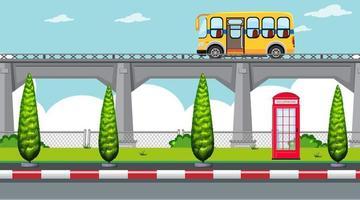 En enkel förhöjd motorväg med skolbuss