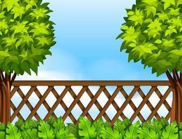 Trädgårdsplats med staket och träd