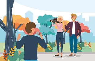 Männlicher Reporter mit Mikrofonausrüstung und Kamerafrau