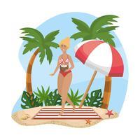 Frau im Bikini mit Kokosnussgetränk auf Strand
