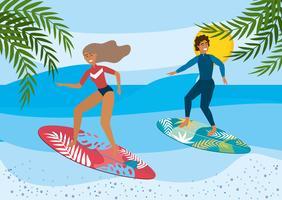 Kvinna och man som surfar